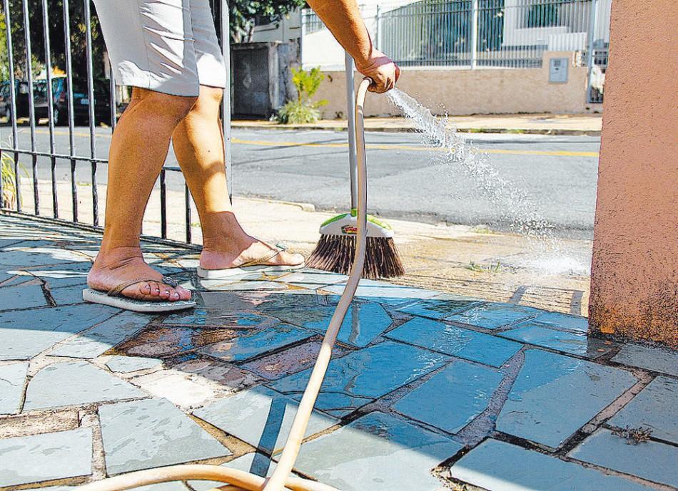 9b45a833f Veto à lavagem de calçada deve ser aprovada hoje
