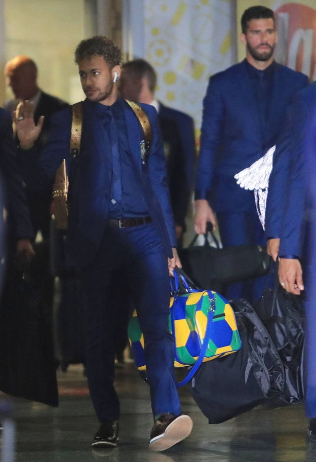 3eb9050500e Neymar com sua mala de mão da Louis Vuitton. Este modelo Keepall em verde